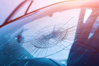 Лобовое с трещиной: Когда стоит отремонтировать стекло
